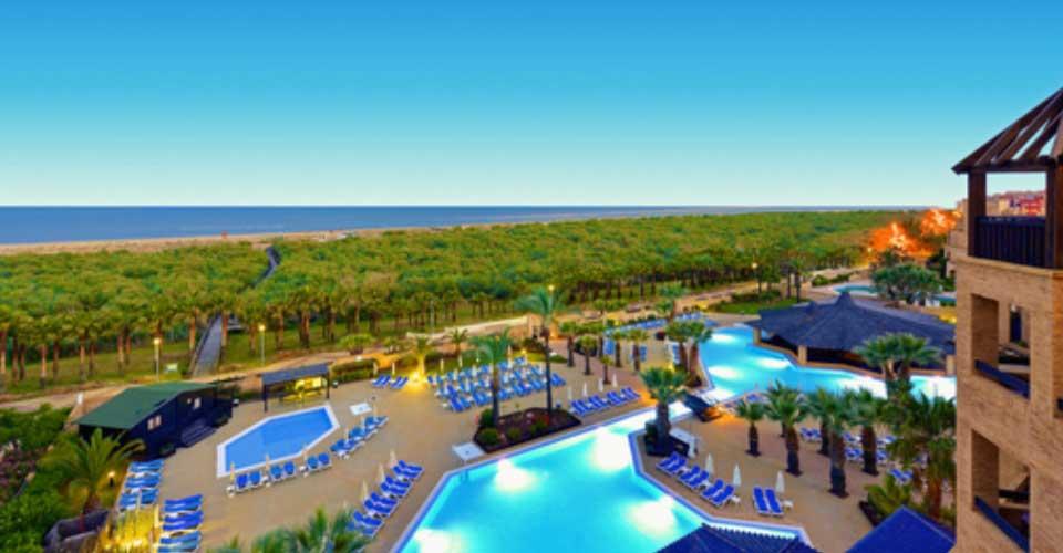 Espectacular hotel de playa con increíbles piscinas y palmeras