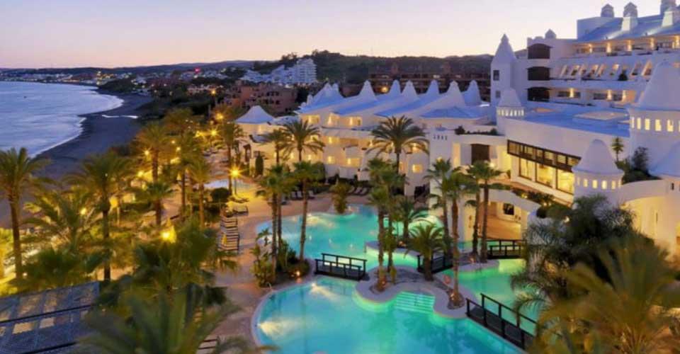 Hotel en primera linea de playa en la costa andaluza y piscina iluminada