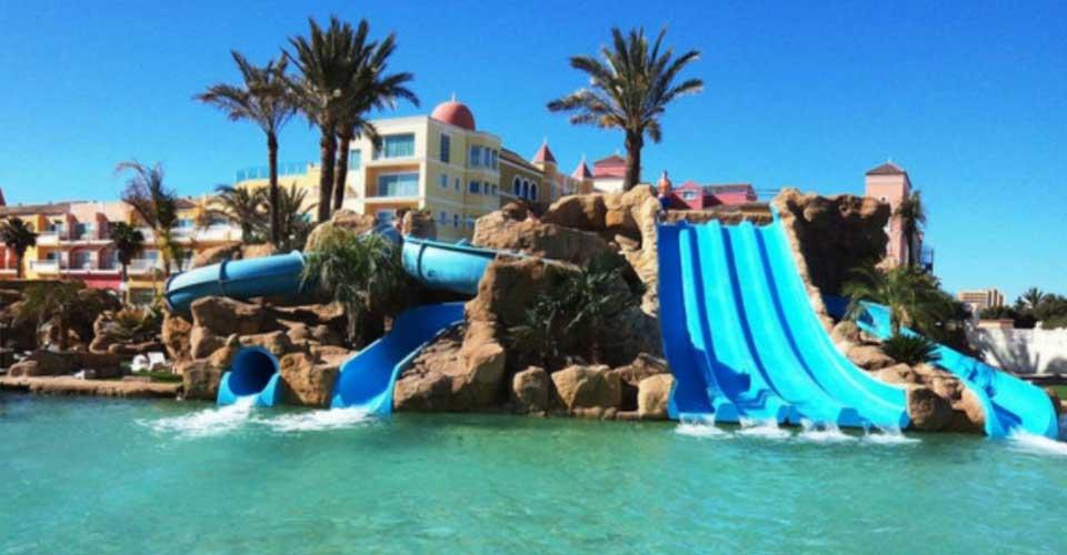 Hotel con toboganes en la piscina